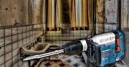 bohrhammer-zum-fliesen-entfernen-altes-badezimmer