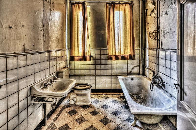 Bohrhammer zum Fliesen entfernen - Altes Badezimmer