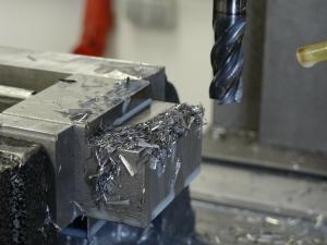 Metall bohren mit dem Bohrmaschinenständer